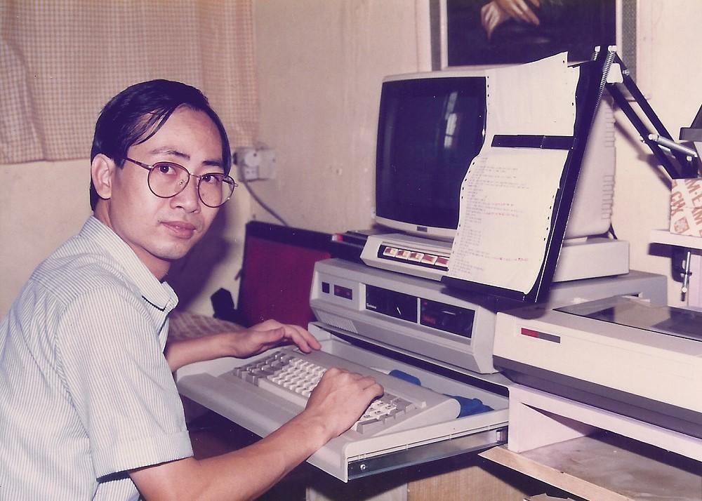 我的人生充滿戲劇性,從逆境中成長,對於藝術的執著,永不妥協。 電視片集影響 《蝙蝠俠》電視片集,當蝙蝠俠遇到難題時,鍵入電腦找答案,引起我對電腦的好奇心,幻想自己有多部電腦,編寫程式,寫流程圖,人工智能。 《星空奇遇記》的冼樸常說「不合邏輯」,也引起我對「邏輯學」的興趣,喜好研究推理,大膽假設,小心求證。 後來,我看書鑽研邏輯學,我的偶像曾是「亞里斯多德」和「達文西」,我的志願做「電腦專家」,不是做畫家。 童年創傷 在我八歲那年,母親跟父親鬧翻了,帶哥哥姊姊和弟弟搬走,晚上趁父親不在家時,回來接我和妹妹。