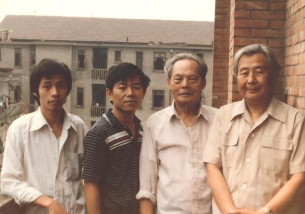 1985年在浙江美術學院(現為中國美院),王新明與油畫系三位老師合影。
