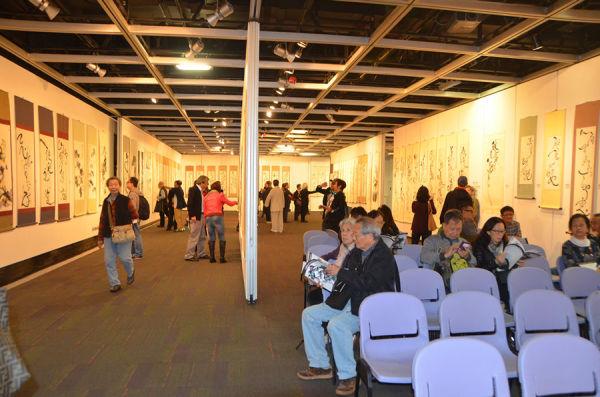 觀眾來往穿梭,大開眼界研究太極美學展品,展場設有休息座位,招呼週到
