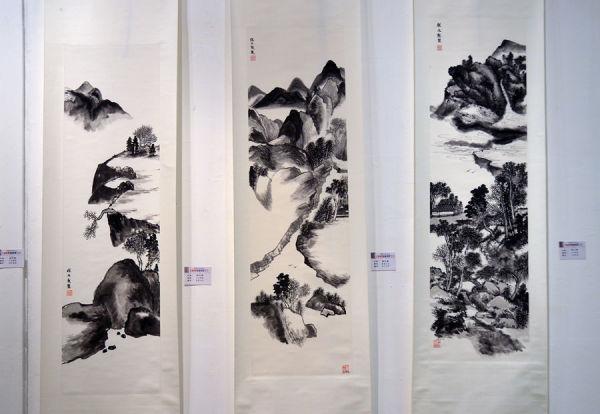 程文堅社員,運用太極美學章法,寫出乾濕濃淡墨分五色的國畫作品。