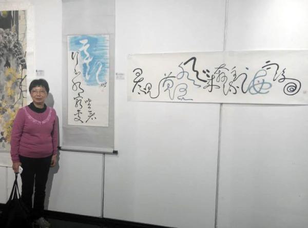 何式明社員(左),作品線條如行雲流水,佈局獨特創新。