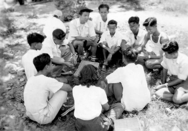 出外寫生時陳先生指導我們作小組討論,請注意陳先生坐在我們學生的圈外,讓我們自由發揮。在陳先生右2是本人。