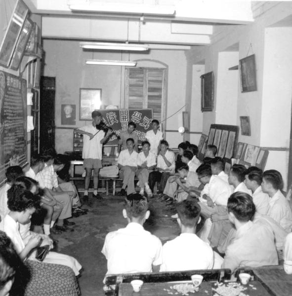 1952年擴校開學遊藝晚會,本人演奏小提琴助興。