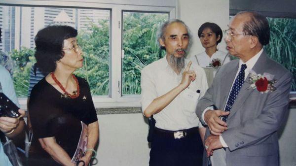 陳校長伉儷與張若瑟在展場