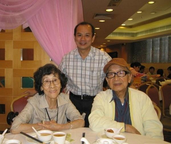 11-6-2008與陳海鷹校長伉儷攝於九龍彌敦道聯邦酒樓(香港美專校友聚會)