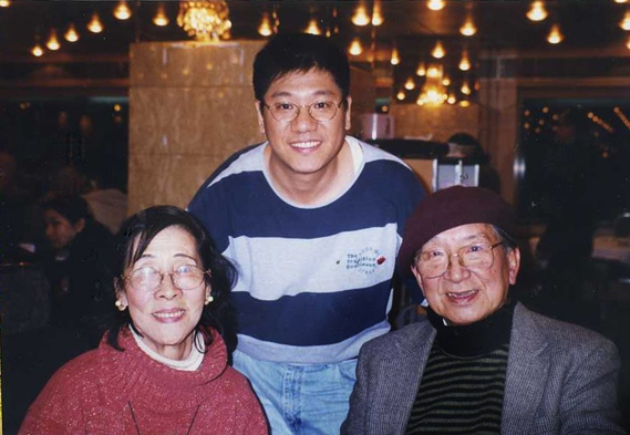 與校長、師母攝於九龍彌敦道平安酒家