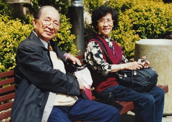 2000年 陳海鷹老師伉儷留影於三藩市金門公園內